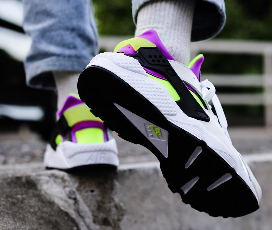 chaussure-nike-air-huarache-91-qs-magenta-neon-on-feet (1)