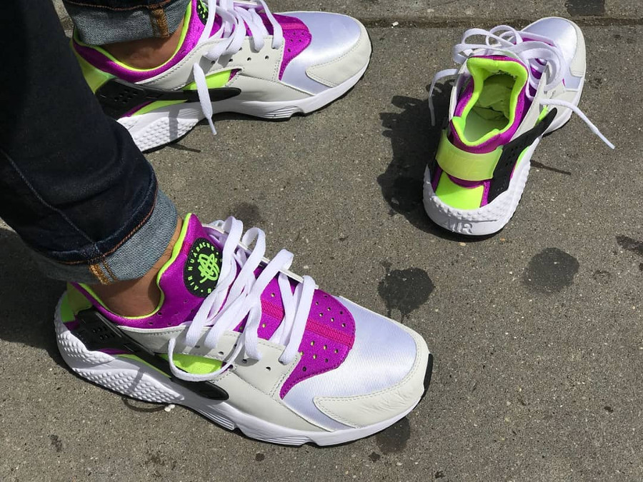 chaussure-nike-air-huarache-91-qs-magenta-neon-on-feet (2)