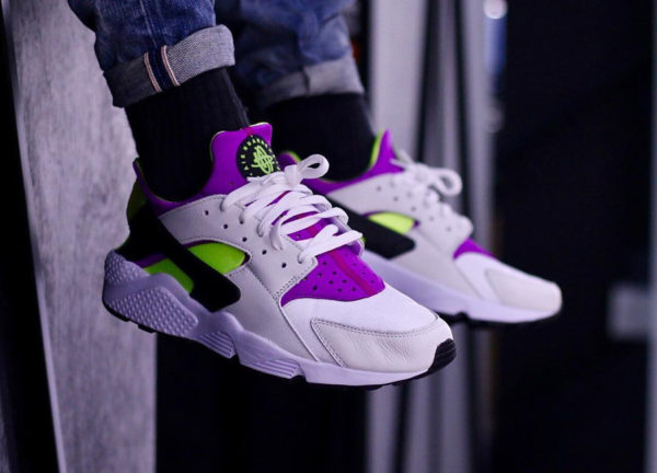 chaussure-nike-air-huarache-91-qs-magenta-neon-on-feet (4)