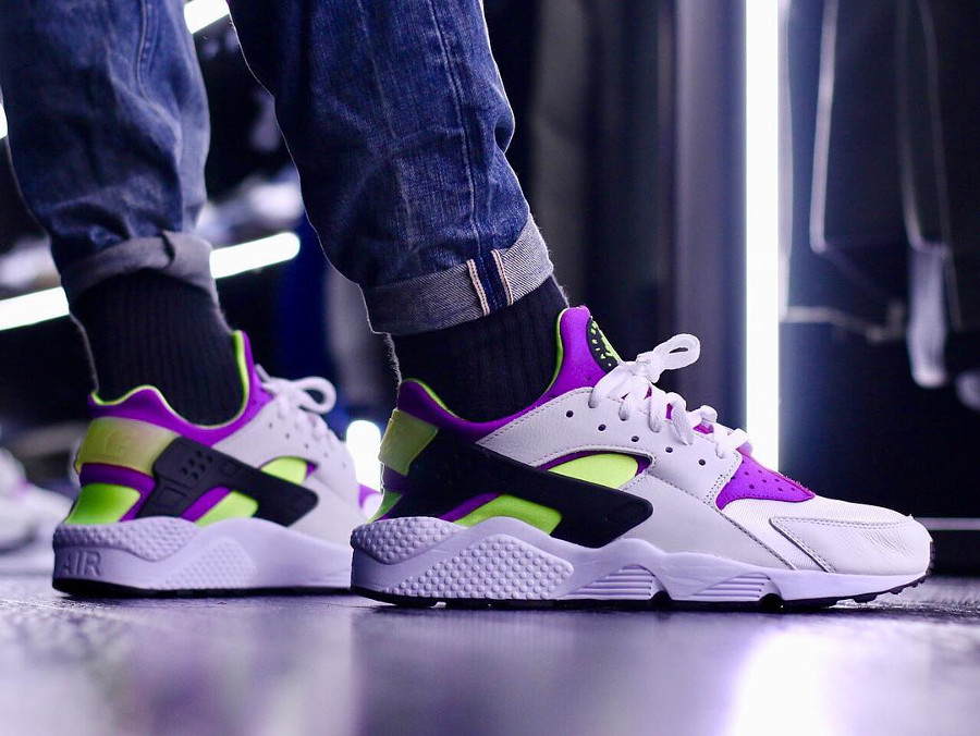 chaussure-nike-air-huarache-91-qs-magenta-neon-on-feet (5)