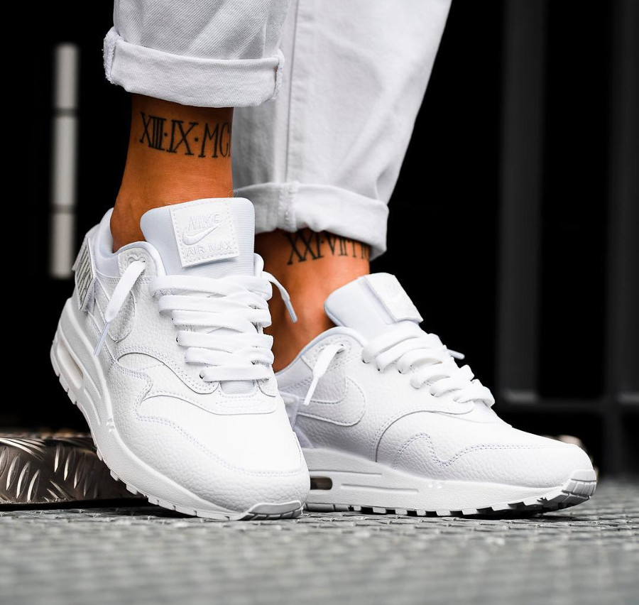 chaussure-nike-air-max-1-100-womens-triple-white-on-feet (1)