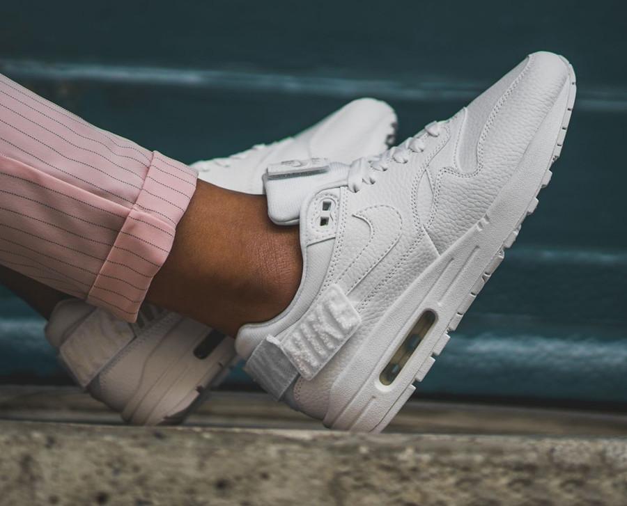 chaussure-nike-air-max-1-100-womens-triple-white-on-feet (2)