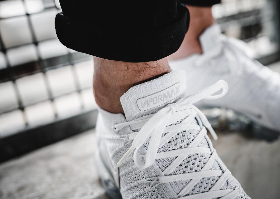 chaussure-nike-air-vapormax-2-flyknit-triple-white-pure-platinum-aux-pieds (5)