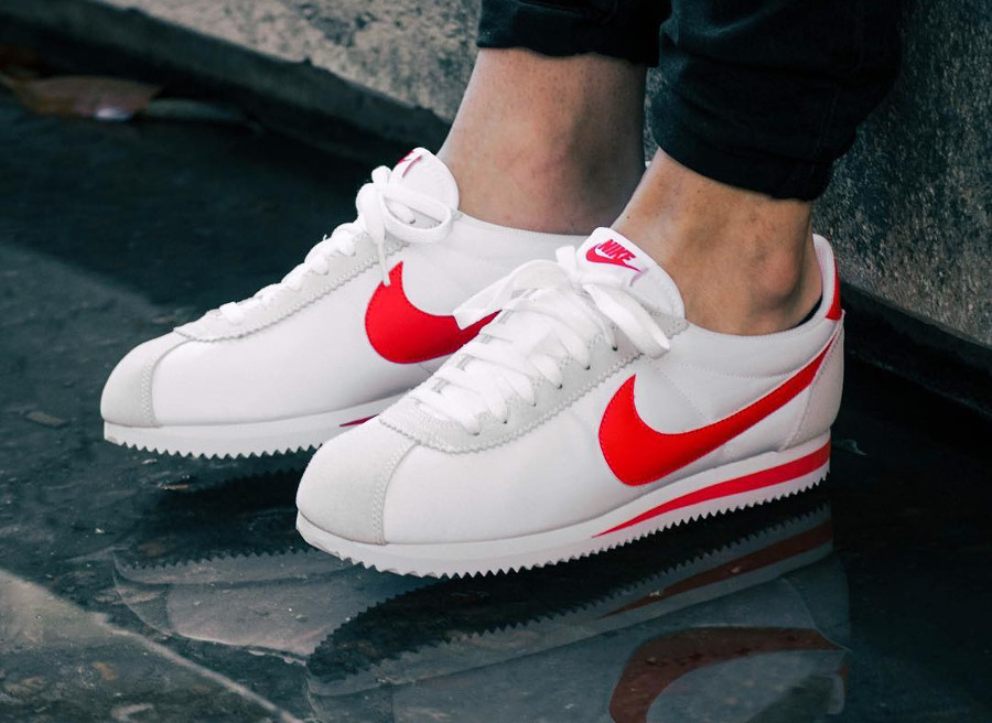 chaussure-nike-cortez-bylon-classic-white-habanero-red-on-feet-807472-101