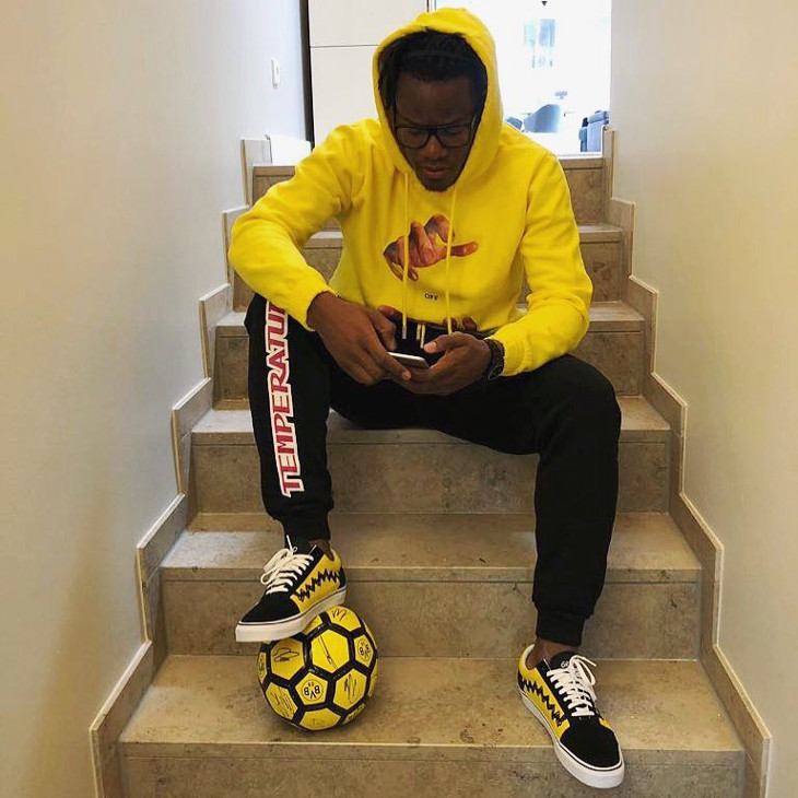 michy-batshuayi-en-peanuts-vans-old-skool-charlie-brown