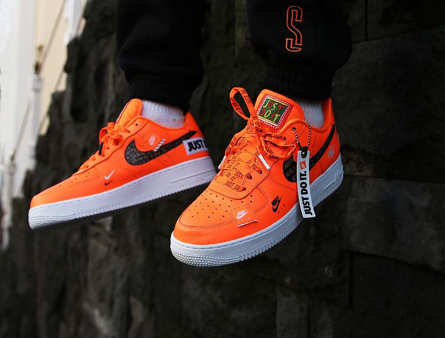 nike-air-force-1-low-just-do-it-orange-aux-pieds-AR7719-800 (4)