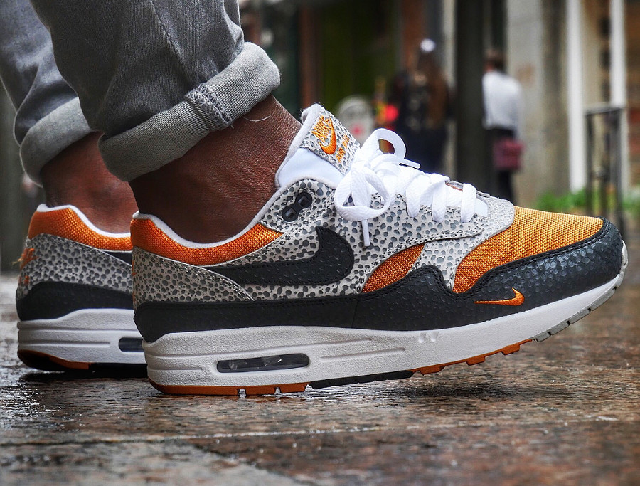 chaussure-nike-air-max-1-safari-2018-black-grey-carrot-on-feet (3)