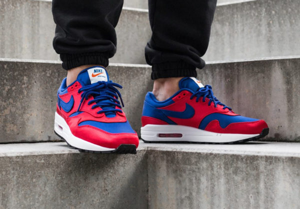 chaussure-nike-air-max-87-special-edition-rouge-bleu-royal-on-feet