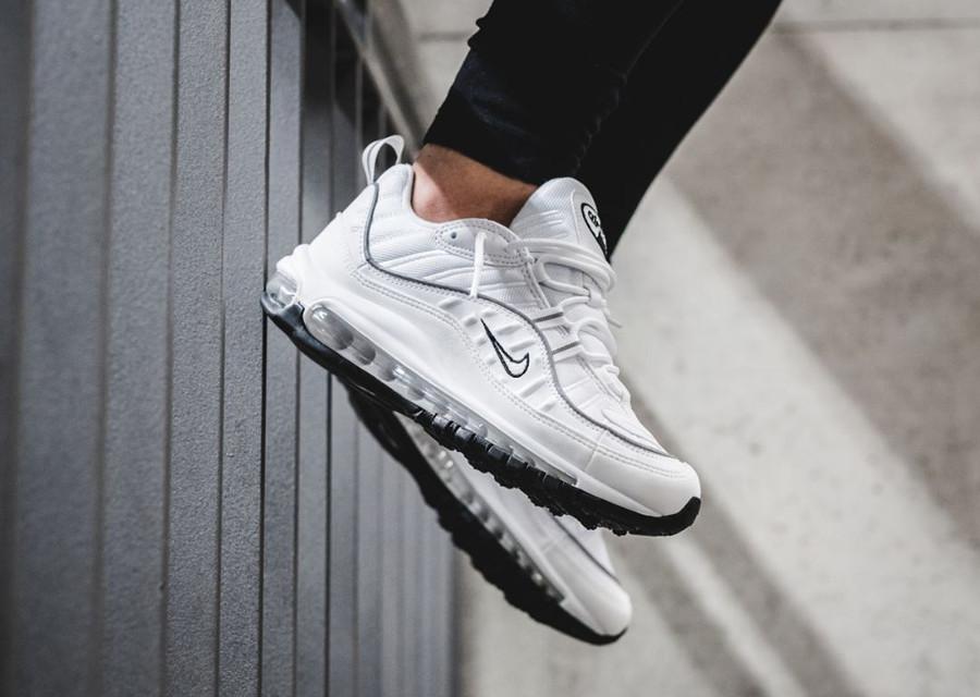 chaussure-nike-air-max-98-fille-triple-white-on-feet-AH6799-103 (3)