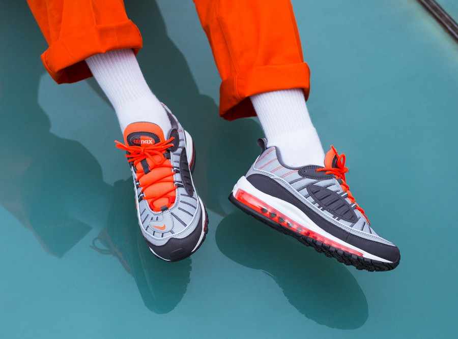 nike-air-max-98-gris-loup-orange-on-feet-640744-006 (3)