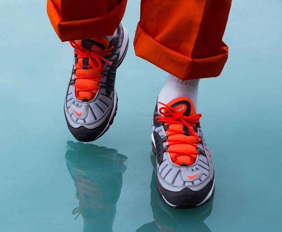 nike-air-max-98-gris-loup-orange-on-feet-640744-006 (4)