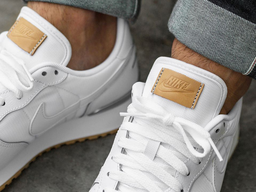 nike-air-vortex-cuir-blanc-gum-sole-on-feet (2)