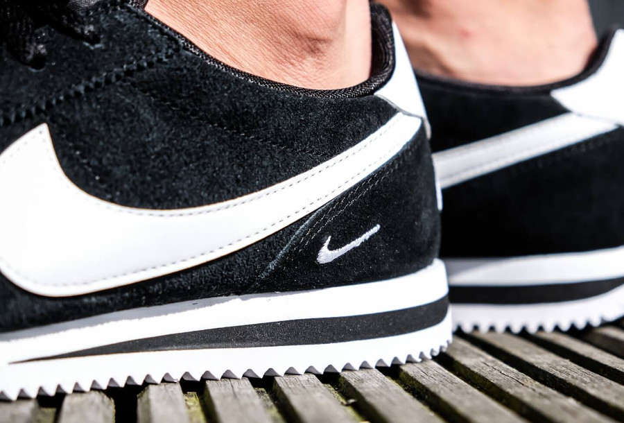 nike-cortez-basic-special-edition-noire-petit-swoosh-blanc-on-feet (1)