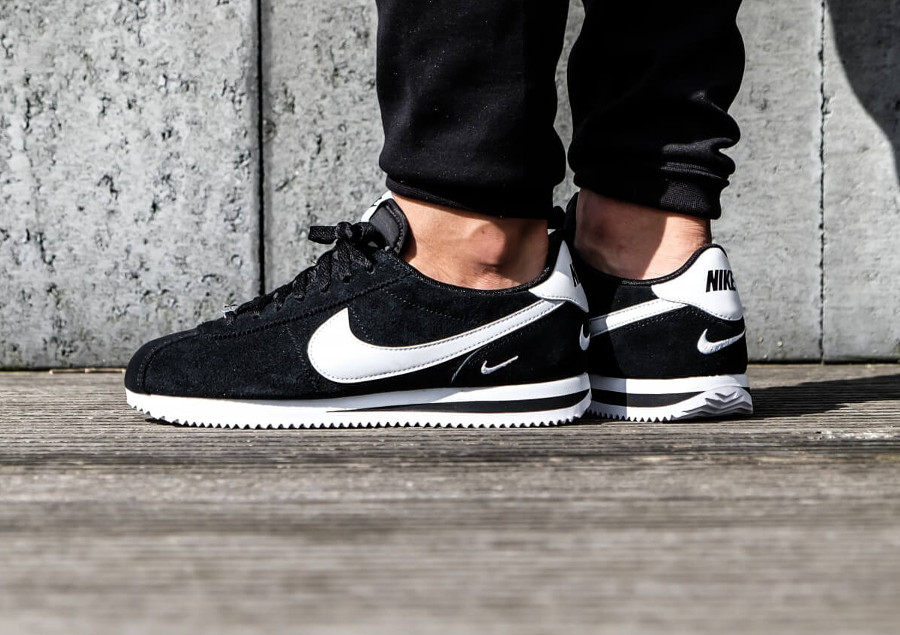 nike-cortez-basic-special-edition-noire-petit-swoosh-blanc-on-feet (3)