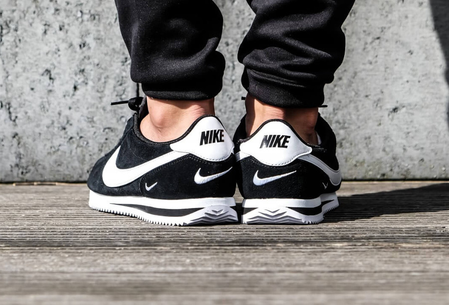 nike-cortez-basic-special-edition-noire-petit-swoosh-blanc-on-feet (4)