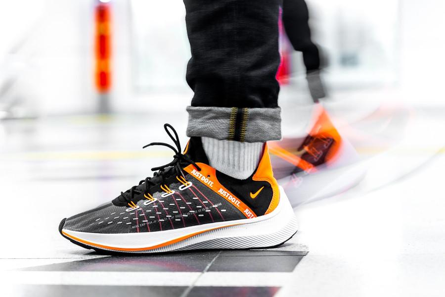 nike-exp-x14-noire-grise-et-orange-aux-pieds-AO3095-001