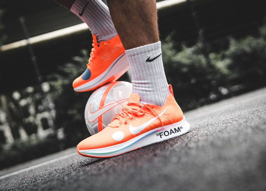 chaussure-off-white-nike-zoom-fly-mercurial-flyknit-orange-on-feet-AO2115-800