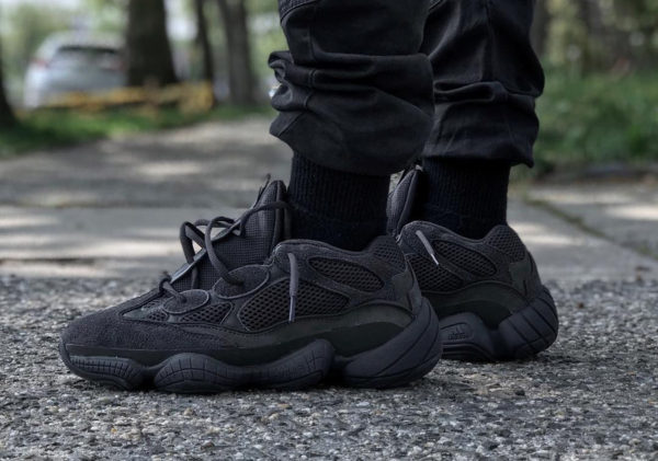 adidas-yeezy-500-desert-rat-noire-triple-black-on-feet-F36640 (1)