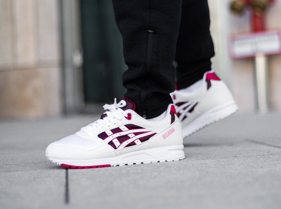 asics-tiger-gel-saga-blanche-bordeaux-rouge-on-feet-automne-2018-1193A071-103 (3)