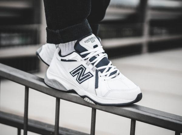 new-balance-MX624WN4 -blanche-bleu-marine-on-feet-dad-shoe