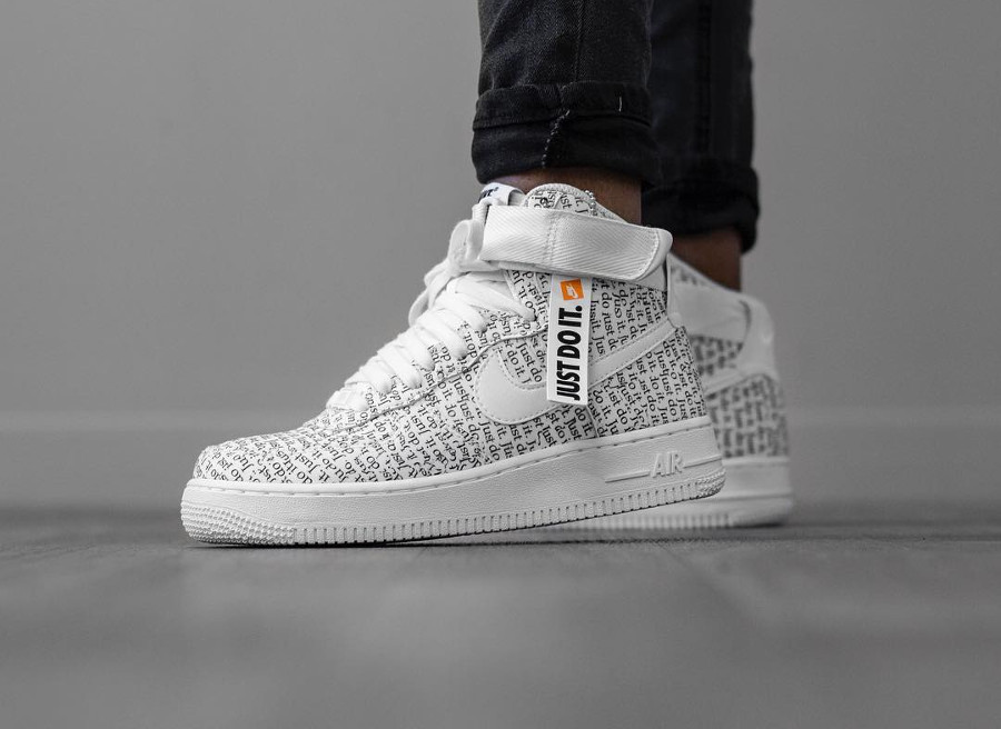 revendeur 8e825 959bc Nike Air Force 1 High LX JDI Just Do It Allover Print