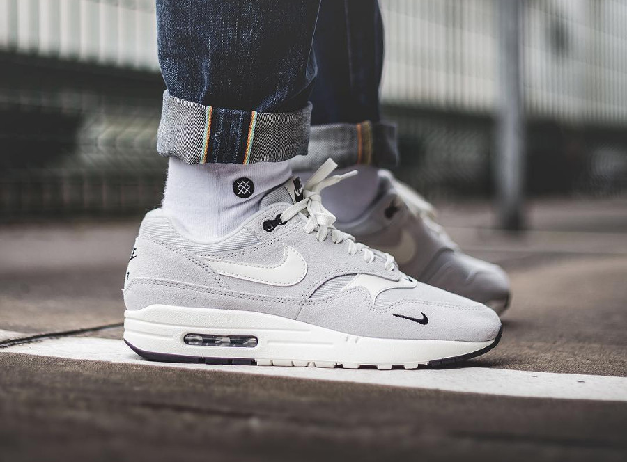 nike-air-max-1-premium-2018-mini-swoosh-pure-platinum-on-feet (1)