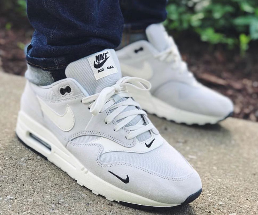 nike-air-max-1-premium-2018-mini-swoosh-pure-platinum-on-feet (4-1)