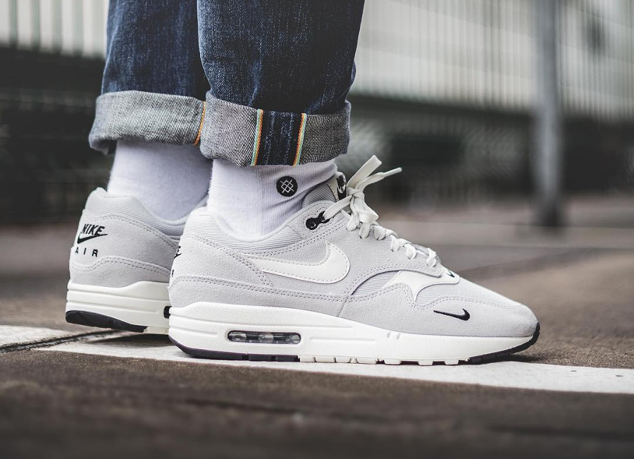 nike-air-max-1-premium-2018-mini-swoosh-pure-platinum-on-feet (4)