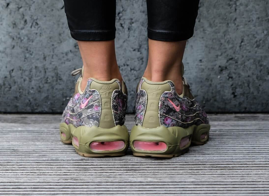 nike-air-max-95-fleurie-femme-neutral-olive-hyper-punch-on-feet (3)