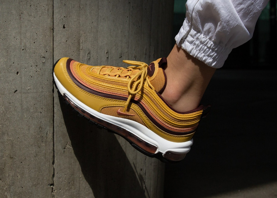 nike-air-max-97-femme-jaune-moutarde-rose-bordeaux-on-feet-921733-700 (1)