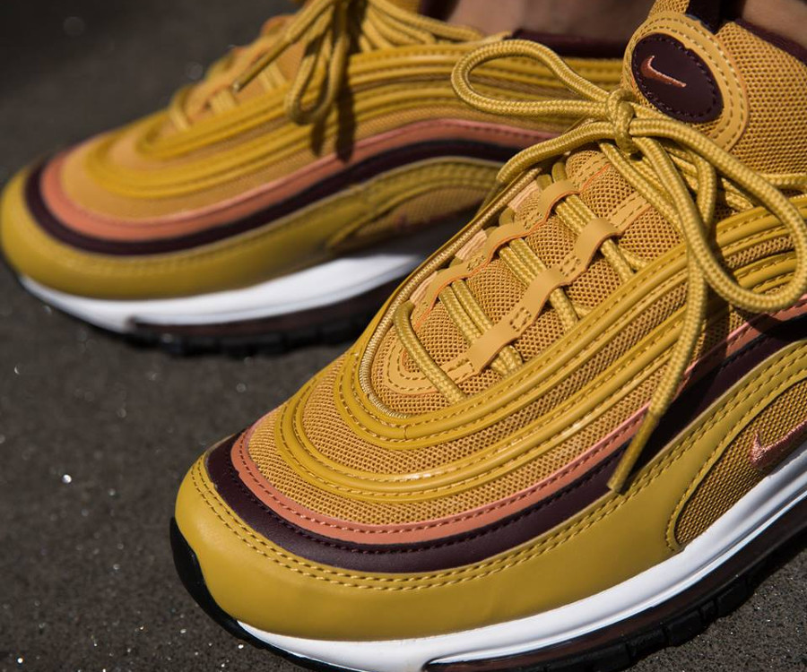 nike-air-max-97-femme-jaune-moutarde-rose-bordeaux-on-feet-921733-700 (2)