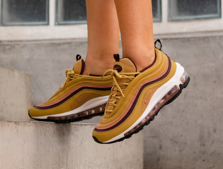 nike-air-max-97-femme-jaune-moutarde-rose-bordeaux-on-feet-921733-700 (3)