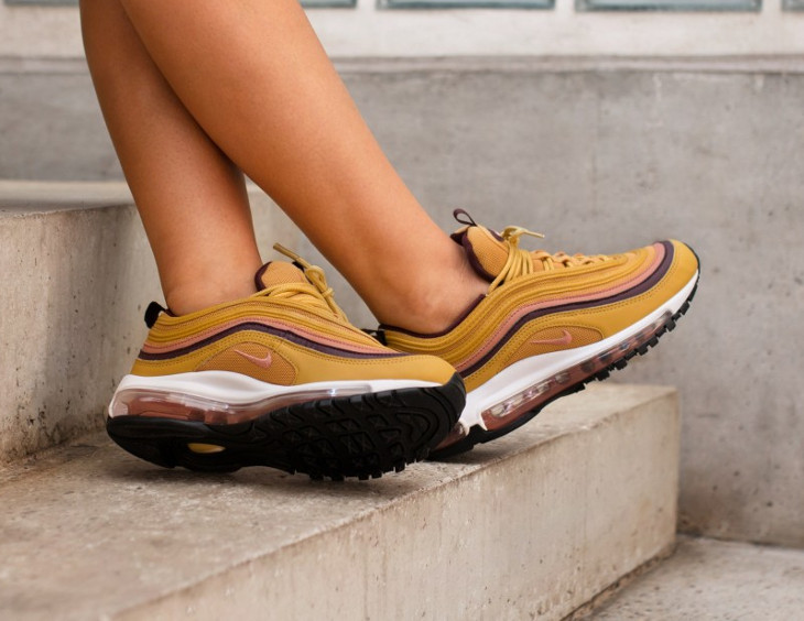 nike-air-max-97-femme-jaune-moutarde-rose-bordeaux-on-feet-921733-700 (4)