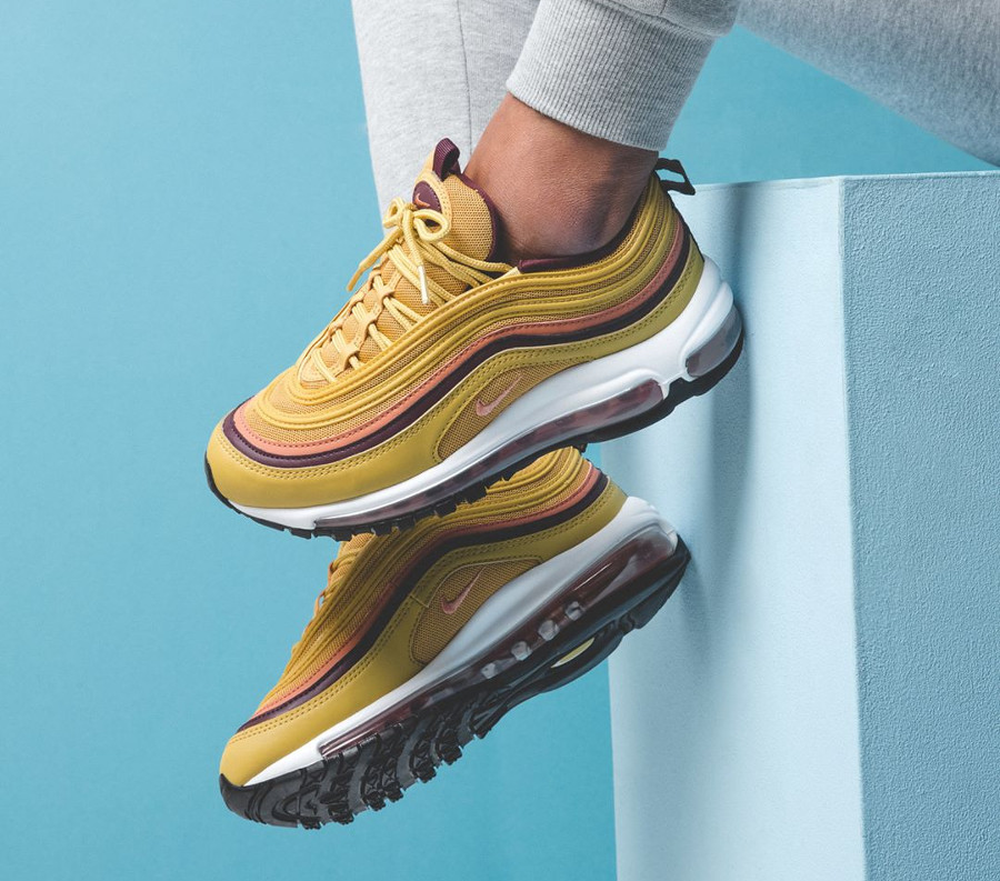 nike-air-max-97-femme-jaune-moutarde-rose-bordeaux-on-feet-921733-700 (5)