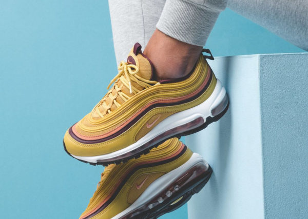 nike-air-max-97-femme-jaune-moutarde-rose-bordeaux-on-feet-921733-700 (couv)