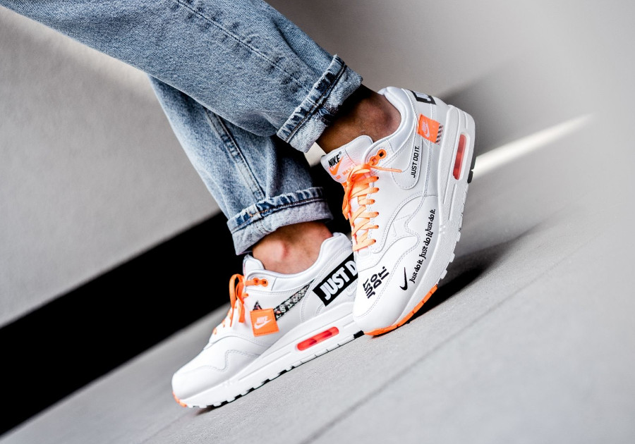 nike-air-max-one-87-special-edition-blanche-et-orange-on-feet-AO1021-100 (1)