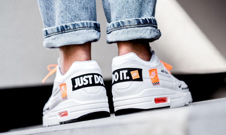nike-air-max-one-87-special-edition-blanche-et-orange-on-feet-AO1021-100 (2)