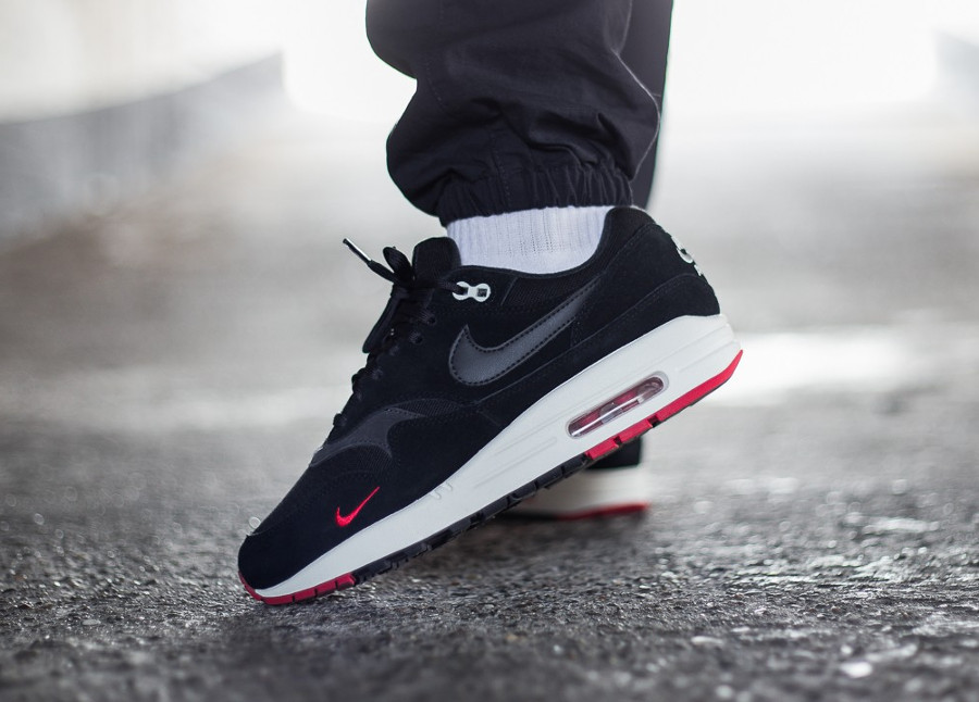 air-max-87-premium-noir-et-rouge-on-feet-875844-007 (2)