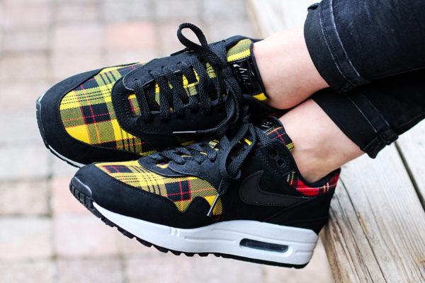 chaussure Nike Air Max 1 SE Tartan Pack 2018 Black Amarillo Red on feet (AV8219-001)