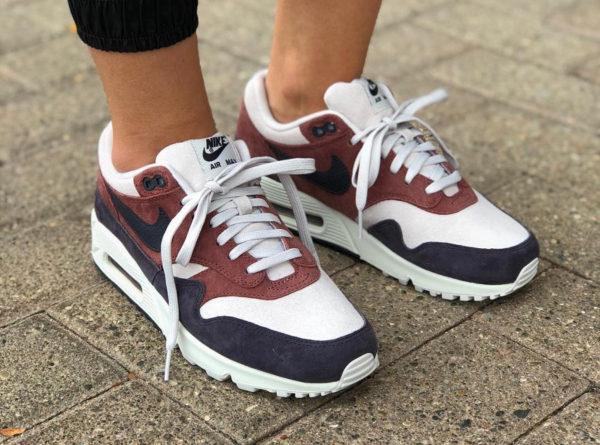 e6d2196839 chaussure Nike Wmns Air Max 1 90 Red Sepia Oil Grey on feet (AQ1273