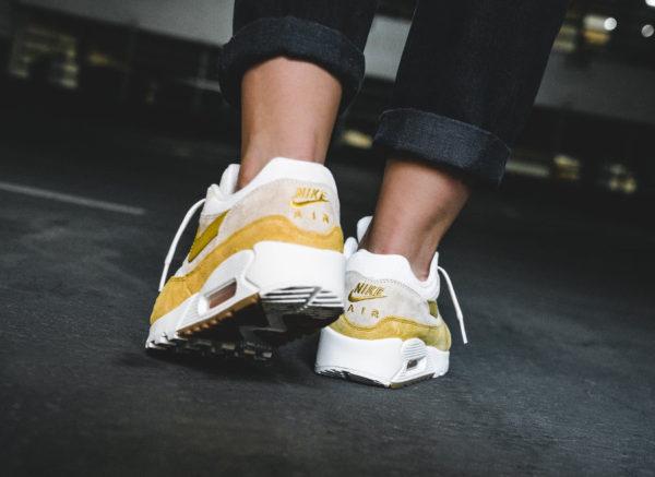 nike-air-max-90-1-femme-jaune-goyave-glacée-on-feet-AQ1273 800 (3)