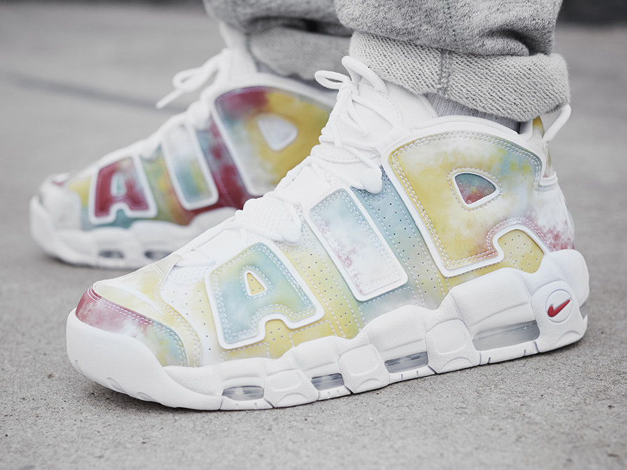 guide achats chaussure Nike Air More Uptempo UK London Multicolor on feet (AV3809-700)