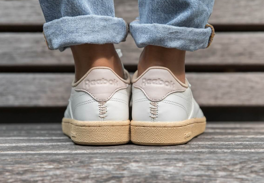 reebok-club-c-85-womens-blanc-cassé-semelle-sable-on-feet (1)