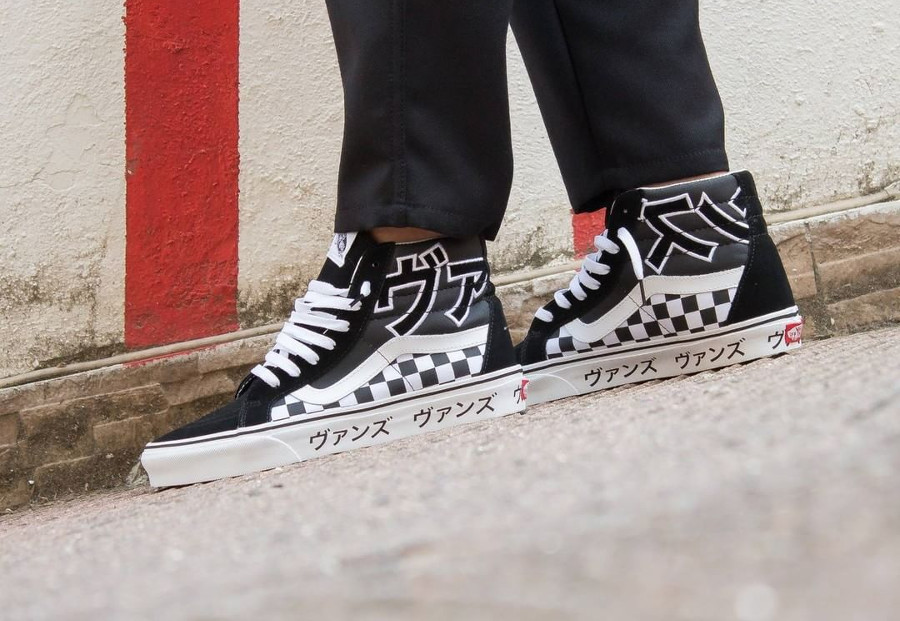 Basket Vans UA SK8 Hi Reissue Black True White on feet (VA2XSBSJZ)