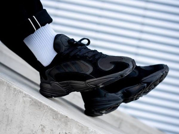 chaussure Adidas Falcon Yung-1 noire Triple Black on feet