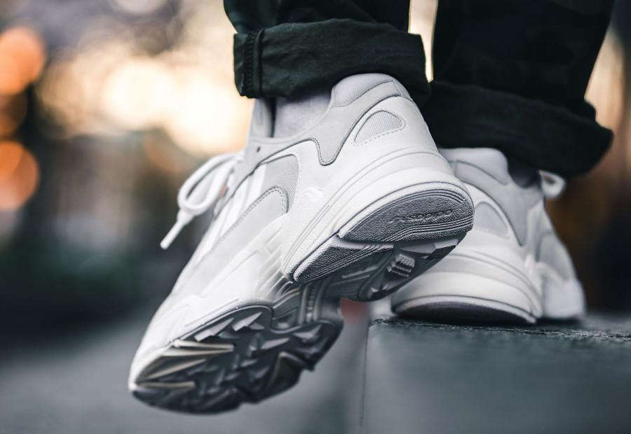 La Adidas Falcon Dorf Yung 1 blanche Cloud White : comment l