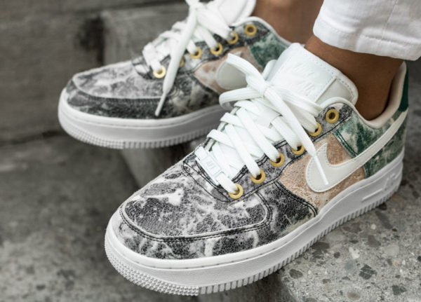 Nike Air Force 1 '07 LXX femme Cracked Leather 'Summit White' on feet