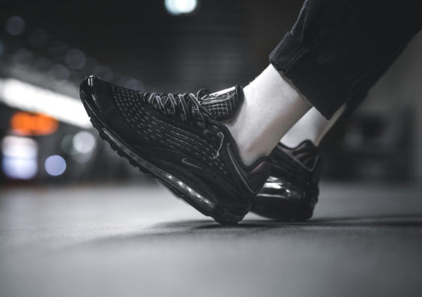 chaussure Nike Air Max Deluxe noire Triple Black Bronze on feet (AV2589-001)