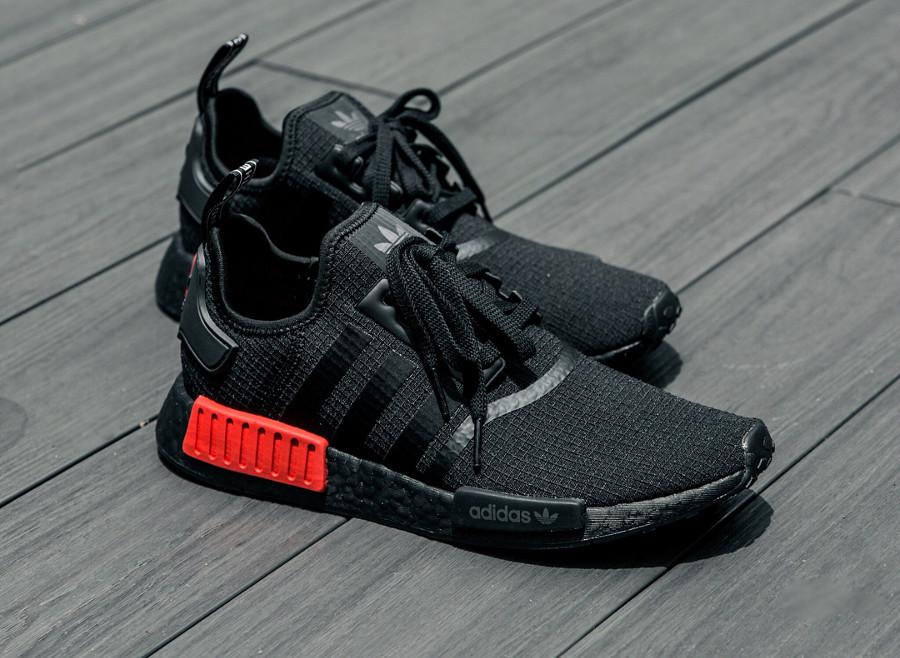 guide-achat-adidas-nmd-r1-toute-noire-avec-plugs-rouges (1)