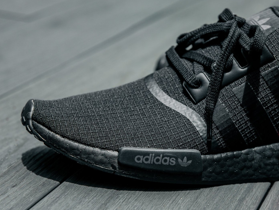 guide-achat-adidas-nmd-r1-toute-noire-avec-plugs-rouges (2)